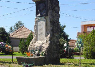 Kőröstetétlen világháborús emlékmű 2010.07.10. küldő-Budai Annamária (4)