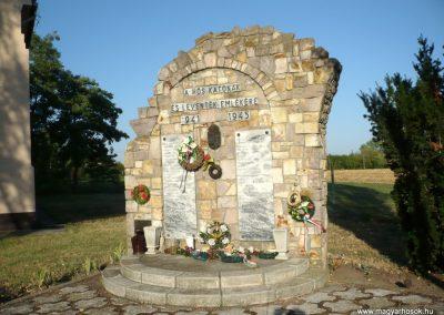 Kardoskút II. világháborús emlékmű 2012.07.14. küldő-Sümec (9)