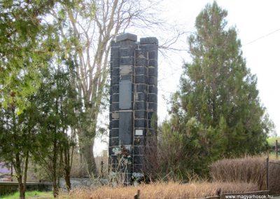 Kazár világháborús emlékmű Megrongálták, lelopták a turult...