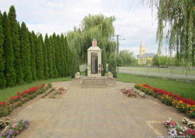 Kenézlő világháborús emlékmű 2012.08.15. küldő-kalyhas (1)