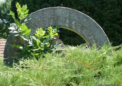 Kerkaszentkirály világháborús emlékmű az elesett katonák fejfáival 2012.07.10. küldő-Sümec (2)