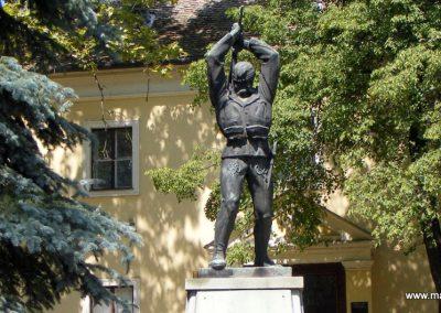 Kisbér világháborús emlékmű 2012.08.13. küldő-Méri (1)