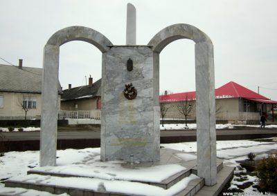 Kisléta II. világháborús emlékmű 2014.02.07. küldő-kalyhas (8)
