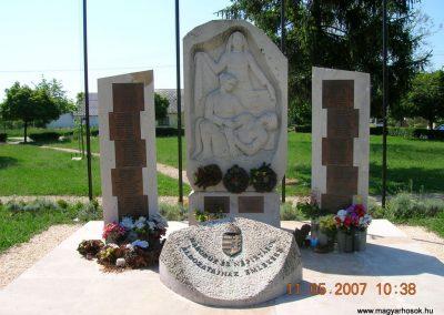 Komárom Világháborús emlékmű 2007.05.11.küldő-Markó Peti
