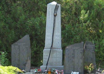 Kompolt világháborús emlékmű 2007.06.12. Küldő-kalyhas (1)