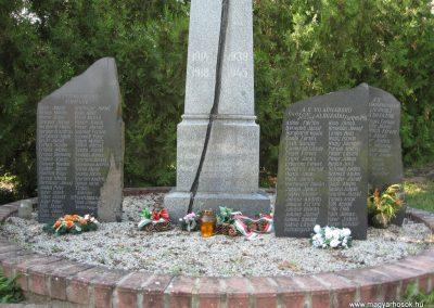 Kompolt világháborús emlékmű 2007.06.12. Küldő-kalyhas (2)