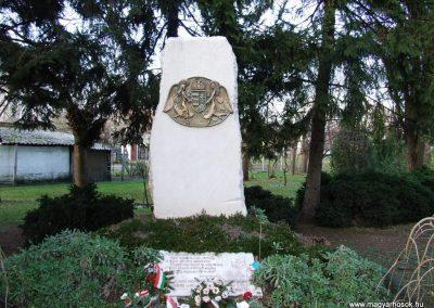 Ladánybene világháborús emlékmű 2007.11.13.küldő-Markó Péter