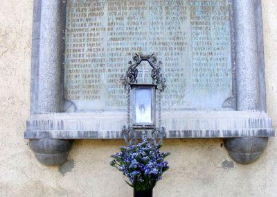 Mellette a templom falán az I. vh. áldozatainak névsora