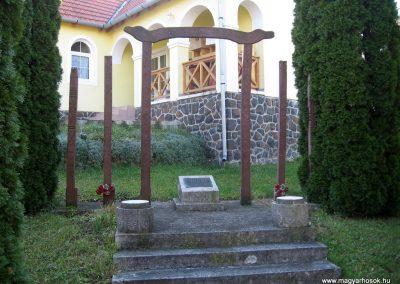 Mátraalmás hősi emlékmű 2010.10.31. küldő-kalyhas (4)