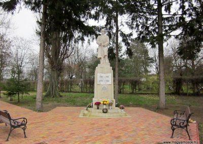 Mátraderecske világháborús emlékmű felújítás után 2014.12.09. küldő-kalyhas (1)
