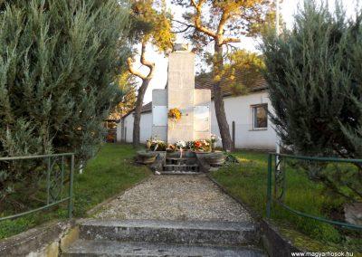Majosháza világháborús emlékmű 2015.10.31. küldő-kalyhas (1)