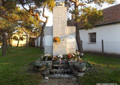Majosháza világháborús emlékmű 2015.10.31. küldő-kalyhas (7)