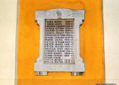 Mezőörs, II. világháborús emléktábla, katolikus templom falán