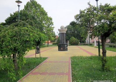 Mezőkeresztes II. világháborús emlékmű 2014.08.04. küldő-kalyhas (15)