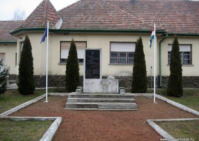 Nagybárkány hősi emlékmű 2011.02.19. küldő-kalyhas (1)