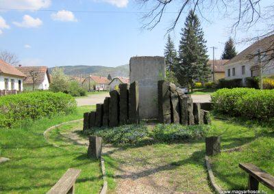 Nagybörzsöny II. világháborús emlékmű 2013.04.22. küldő-kalyhas (2)