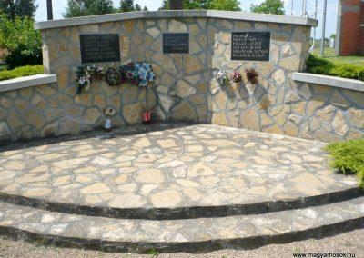 Nagylak világháborús emlékmű 2013.06.15. küldő-Sümec (4)