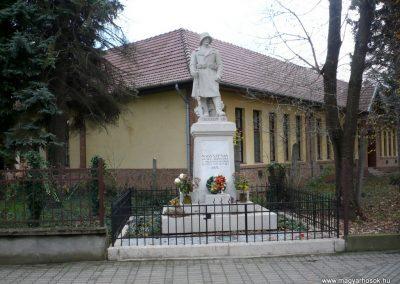 Nagyszénás I. világháborús emlékmű felújítás után 2014.11.20. küldő-Sümec (1)