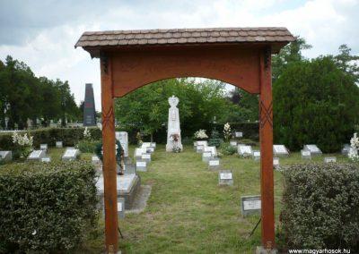 Nagyszalonta világháborús hősök emlékművei és síremlékei a temetőben 2013.06.29. küldő-Sümec (3)