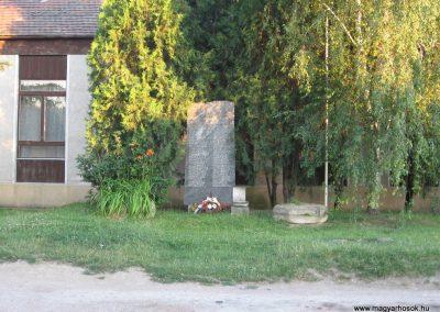 Neszmély II.vh emlékmű 2008.07.05. küldő-Kályhás