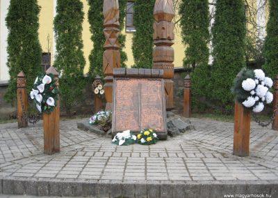 Noszvaj II.vh emlékmű 2009.04.08.küldő-kalyhas (1)