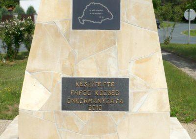 Pápoc felújított és áthelyezett világháborús emlékmű 2012.05.21. küldő-Sümec (12)