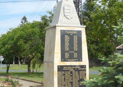 Pápoc felújított és áthelyezett világháborús emlékmű 2012.05.21. küldő-Sümec (2)