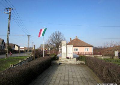 Pátroha II. világháborús emlékmű 2014.02.24. küldő-kalyhas (1)