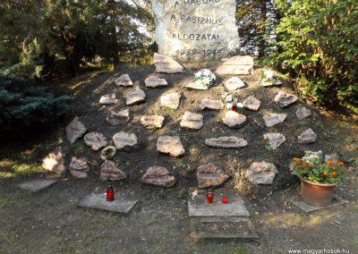 Péteri hősi emlékmű 2015.10.31. küldő-kalyhas (5)