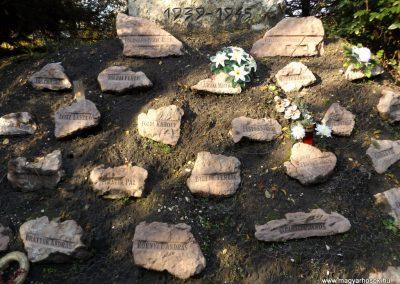 Péteri hősi emlékmű 2015.10.31. küldő-kalyhas (7)