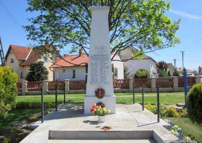 Pócspetri II.világháborús emlékmű 2012.04.27. küldő-kalyhas (2)