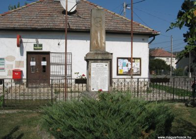 Penc I.vh emlékmű 2009.09.28. küldő-kalyhas (1)
