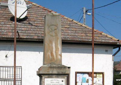 Penc I.vh emlékmű 2009.09.28. küldő-kalyhas (5)