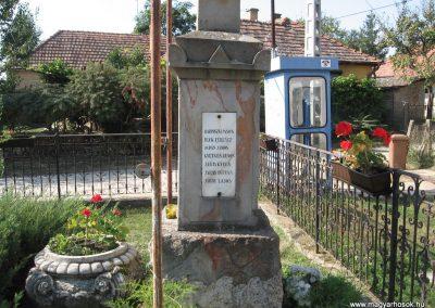 Penc I.vh emlékmű 2009.09.28. küldő-kalyhas (7)