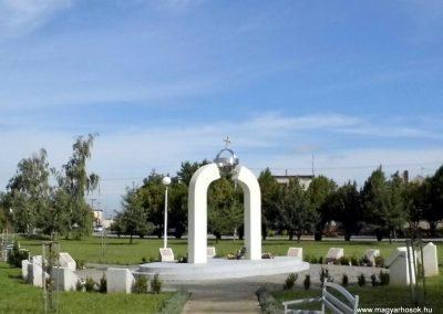 Perbete II. vh. emlékmű, körülötte az emléktáblák
