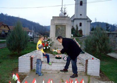 Perkupa világháborús emlékmű 2013.11.01. gyertyagyújtás a hősök emlékére küldő-Husonyicza Gábor (1)