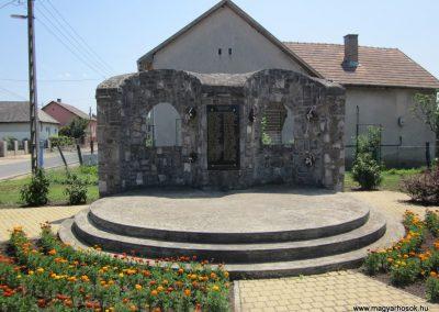 Petneháza világháborús emlékmű 2013.07.08. küldő-kalyhas (2)