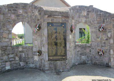 Petneháza világháborús emlékmű 2013.07.08. küldő-kalyhas (3)
