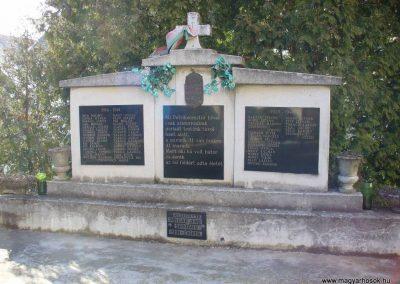 Petrikeresztúr világháborús emlékmű 2008.02.19.küldő-HunMi (1)