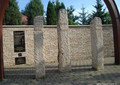 Pilisszentkereszt Hősi emlékmű a templomkertben és a hősök névsora a templom falán 2008.07.05.küldő-Huszár Peti (1)