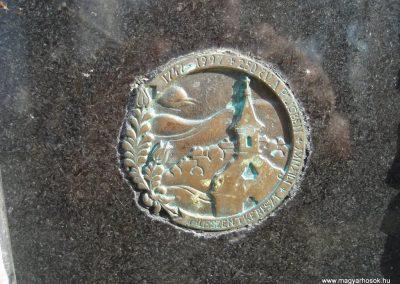Pilisszentkereszt Hősi emlékmű a templomkertben és a hősök névsora a templom falán 2008.07.05.küldő-Huszár Peti (3)