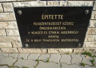 Pilisszentkereszt Hősi emlékmű a templomkertben és a hősök névsora a templom falán 2008.07.05.küldő-Huszár Peti (4)