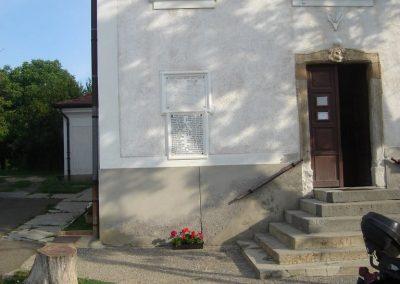 Pilisszentkereszt Hősi emlékmű a templomkertben és a hősök névsora a templom falán 2008.07.05.küldő-Huszár Peti (5)