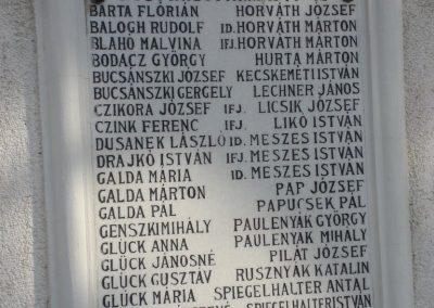 Pilisszentkereszt Hősi emlékmű a templomkertben és a hősök névsora a templom falán 2008.07.05.küldő-Huszár Peti (7)