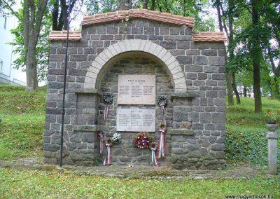 Pula világháborús emlékmű 2009.07.28.küldő-HunMi