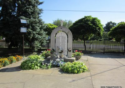 Ruzsa II.vh emlékmű 2011.08.18 küldő-kalyhas (4)