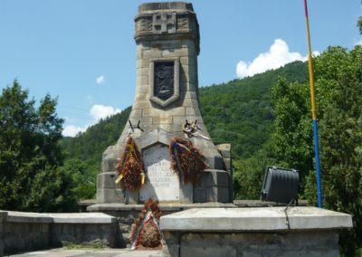 Sósmező - A keresztekről lecsiszolták a a neveket és román neveket véstek fel. Az emlékművet meghagyták, de a feliratokat és a zászlót lecserélték.