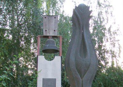 Seregélyes II.vh emlékmű 2009.08.04. küldő-Mimóza (2)