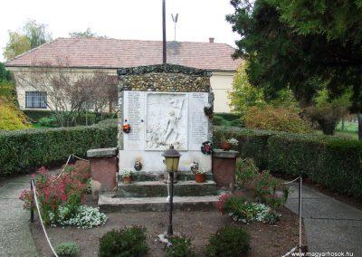 Soltszentimre világháborús emlékmű 2007.10.26. küldő-Markó Péter