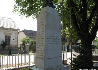 Somogyaszaló világháborús emlékmű 2007.08.06. küldő-kalyhas (5)